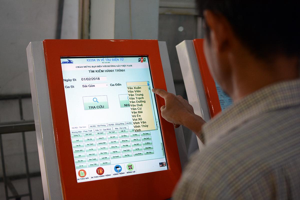 Tại Ga Sài Gòn, từ năm ngoái, FPT IS đã lắp đặt thêm 5 kiosk với màn hình cảm ứng để người dân thuận tiện tra cứu thông tin mã tàu, thời gian tàu đi - đến, giá vé, in vé dựa trên mã số đặt chỗ...