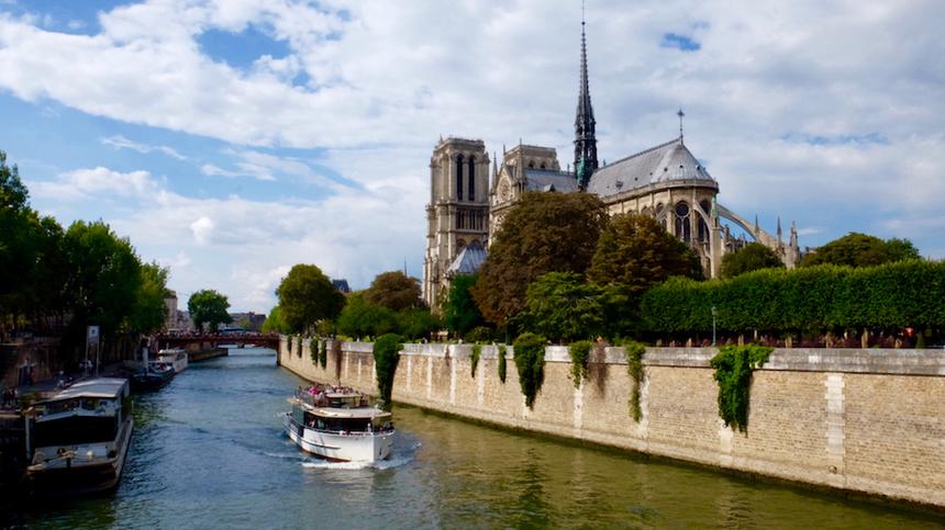 Chuyến đi của chúng tôi xuất phát từ địa danh không thể bỏ qua khi tới Pháp: Nhà thờ Đức Bà Paris. Công trình cổ kính và tráng lệ này đã quá nổi tiếng qua tác phẩm của nhà văn Victor Hugo.