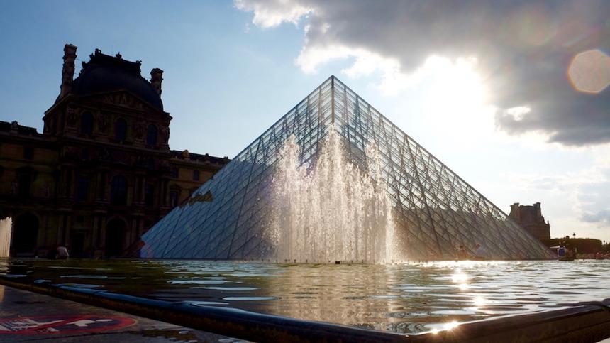 Những địa danh khác không thể bỏ qua ở Paris có thể kể đến Bảo tàng Louvre, nơi trưng bày các hiện vật về những nền văn minh cổ, nghệ thuật Hồi giáo và nghệ thuật châu Âu từ thế kỷ 13 cho tới giữa thế kỷ 19.