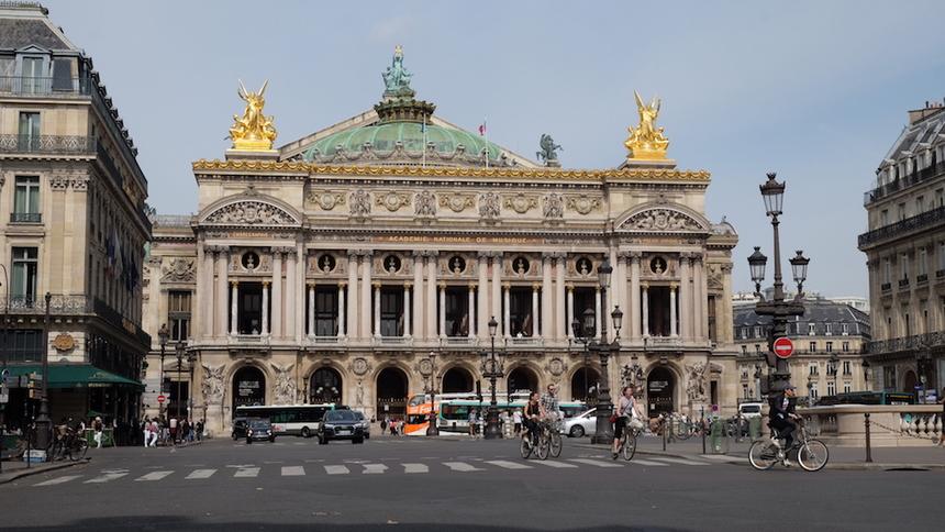 """Opéra de Paris là một nhà hát được thiết kế theo phong cáchTân Baroque, được xem là một trong những kiệt tác kiến trúc thời đó. Nhà hát lớn Hà Nội được coi là """"bản thu nhỏ"""" của Opéra de Paris."""