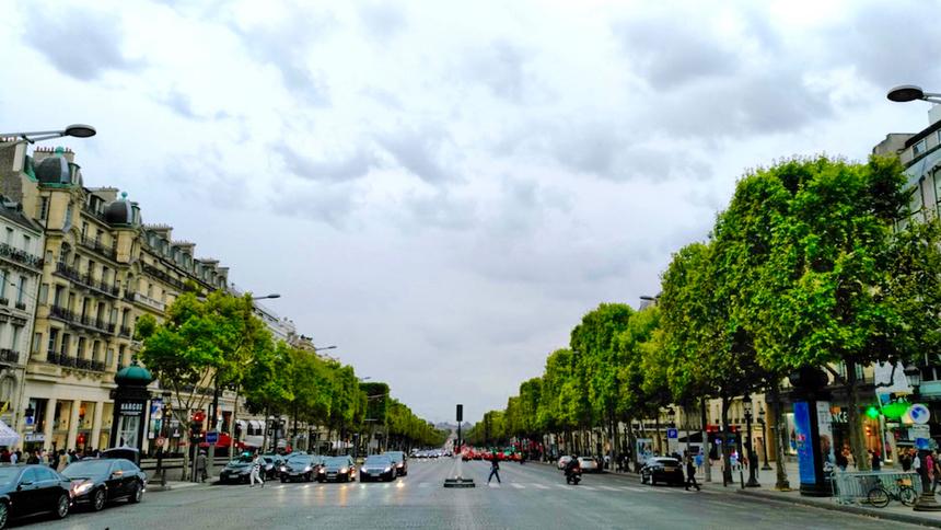 Champs-Elysees dài tới 2,2 km và là một trong những đại lộ danh tiếng nhất thế giới. Trên con đường này, bạn sẽ thấy Khải Hoàn Môn (Arc de Triomphe) và quảng trường Concorde và rất nhiều cửa hàng của các thương hiệu thời trang nổi tiếng.