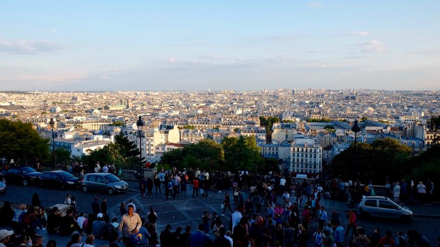 Từng là nơi tập trung của nhiều họa sĩ nổi tiếng, cùng với nhà thờ Sacre-Coeur, đồi Montmartre là một trong những điểm thu hút đông du khách nhất Paris.