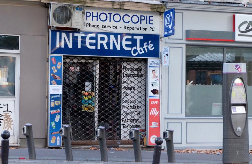 Một quán Internet cũ trên đồi Montmartre.