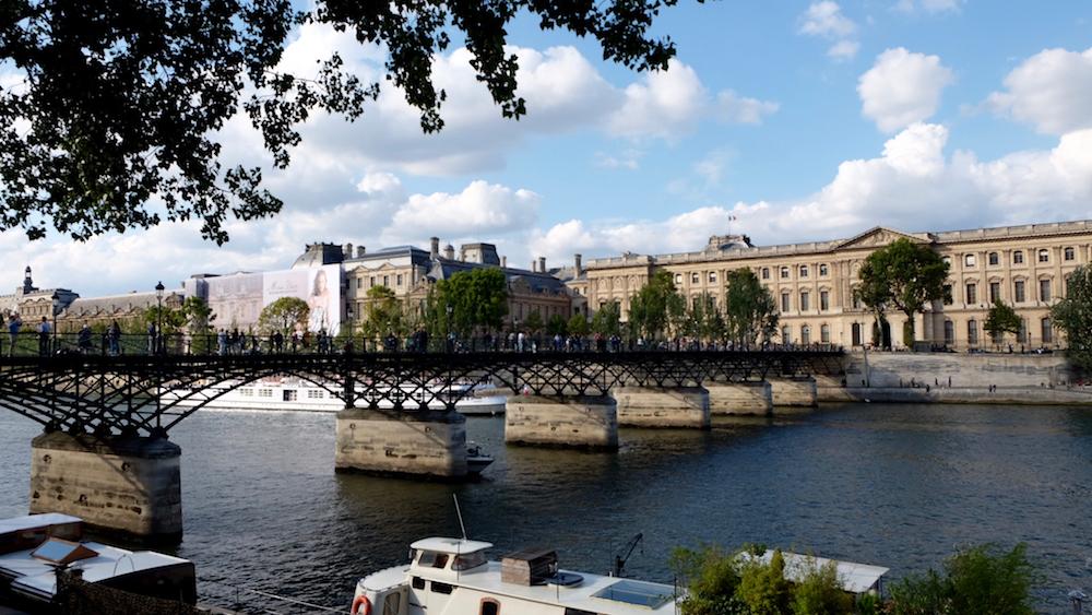 Paris có rất nhiều cây cầu nổi tiếng, nơi các nghệ sĩ đường phố tụ tập để biểu diễn, chơi nhạc... Trong ảnh là cây cầu huyền thoại Pont des Arts, nơi từng có 700.000 ổ khóa tình yêu được treo tại đây.