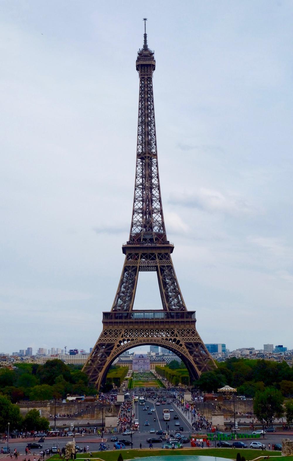 Chưa tới tháp Eiffel tức là chưa tới Paris. Tháp nằm bên cạnh sông Seine, trong công viên Champ-de-Mars. Nếu muốn lên đỉnh tháp, bạn phải xếp hàng rất dài và có thể phải chờ cả tiếng đồng hồ.