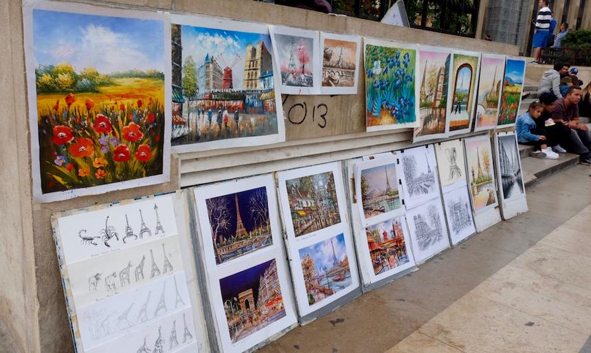 Các bức họa được treo ở một điểm chụp ảnh tháp Eiffel.