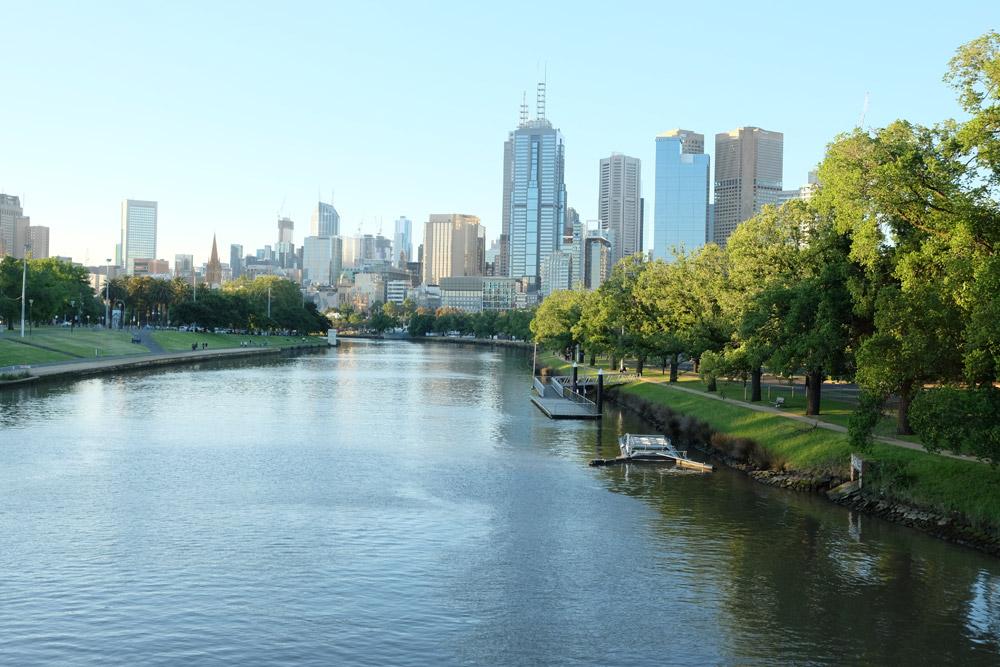Dòng sông Yarra chảy ngang qua thành phố với nhiều hàng cây xanh là chỗ vui chơi, tập thể thao của người dân.