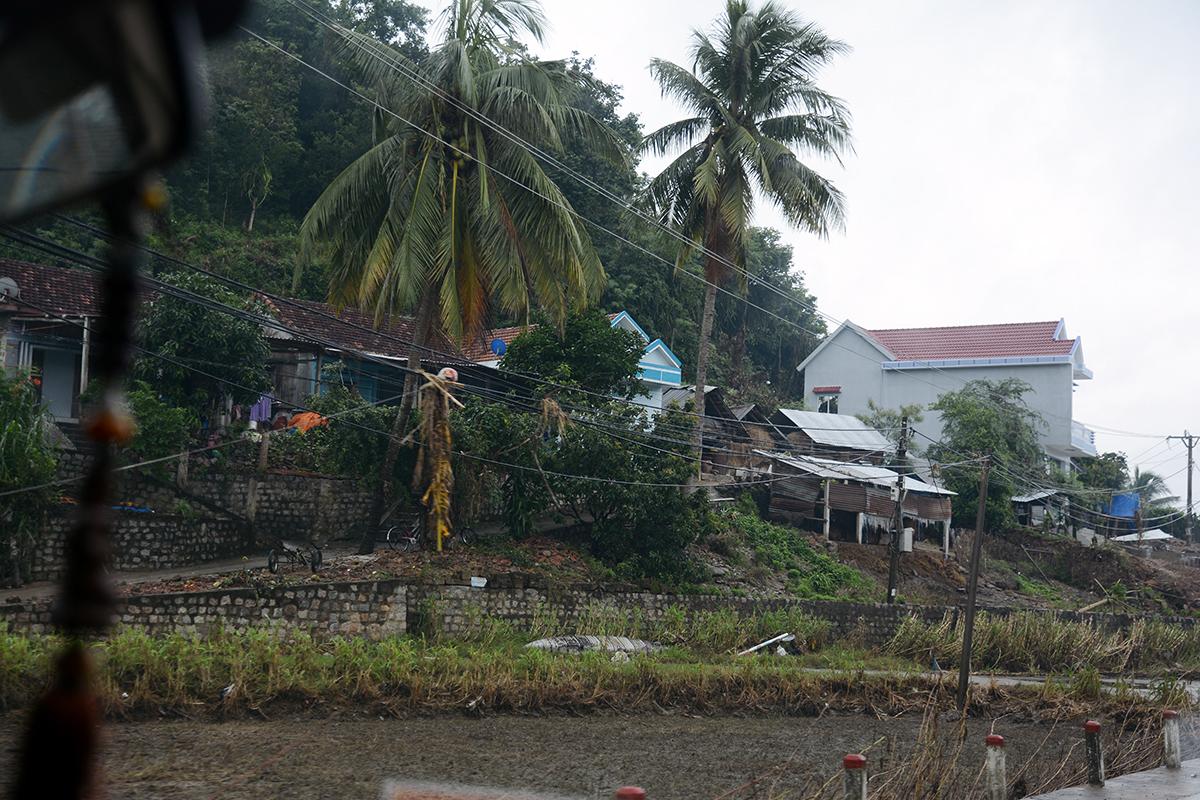 Như nhiều địa phương khác bị ảnh hưởng, tỉnh Phú Yên vẫn đang gượng dậy sau thiệt hại mà cơn bão số 12 gây ra. Nếu như những huyện ven biển bị thiệt hại nặng về nhà cửa thì người dân các xã miền núi thuộc huyện Đồng Xuân còn bị ảnh hưởng của lũ, gây ngập úng nặng.