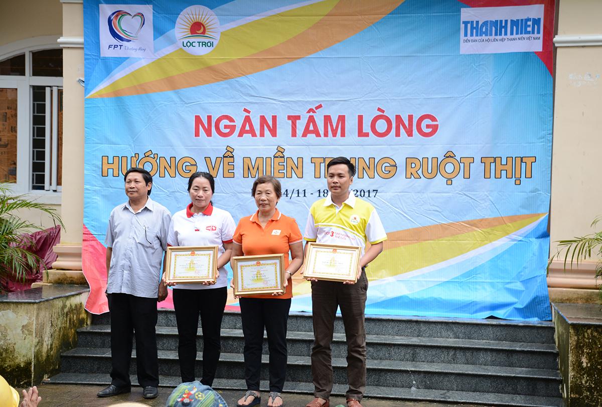Đại duyện chính quyền địa phương trao giấy khen cho Tập đoàn FPT, Tập đoàn Lộc Trời, Hội Chung tay vì cộng đồng.