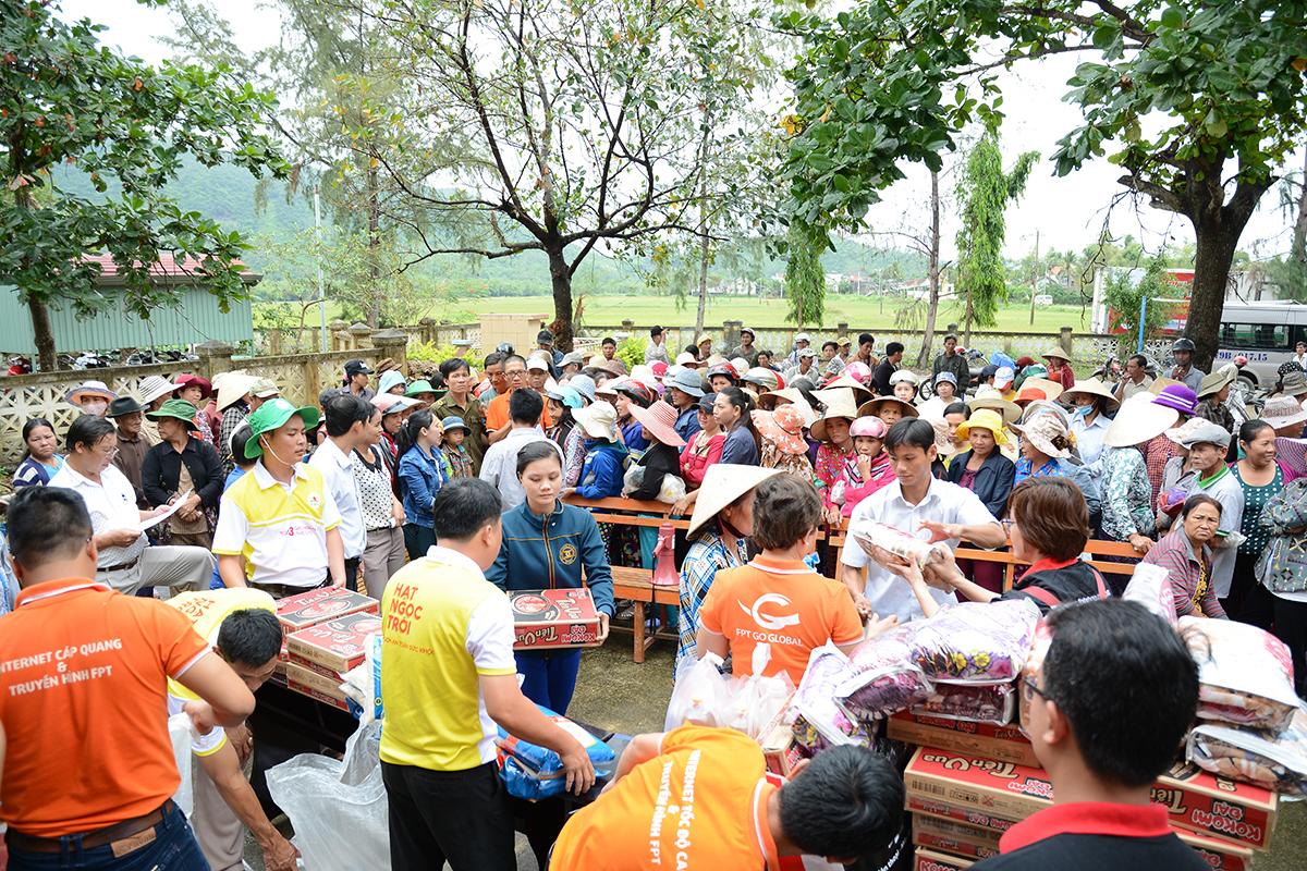 Dịp này, FPT và Tập đoàn Lộc Trời trao tặng tổng cộng 300 suất quà cho các gia đình người cao tuổi, nhà nghèo và nhà bị ngập nặng.