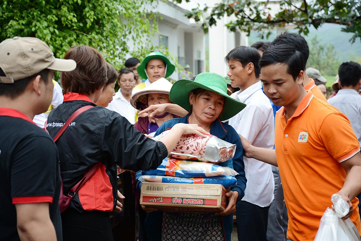 Mỗi phần quà trị giá 500.000 đồng gồm: mền (chăn), mì tôm, 10 kg gạo, 2 lít dầu ăn, bột giặt...