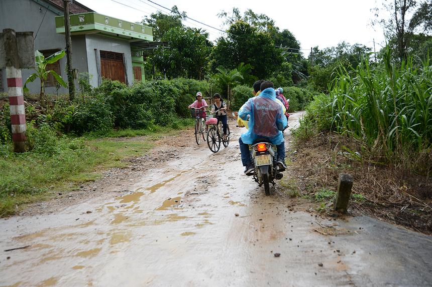 Do xe ô tô không thể vào sâu các thôn của xã Xuân Sơn Bắc nên các thành viên đoàn thiện nguyện FPT đã mượn xe máy và vượt quãng đường lầy lội dài hơn 5 km để tiếp tục trao quà cho gia đình có người mất do bão số 12 tại địa phương.