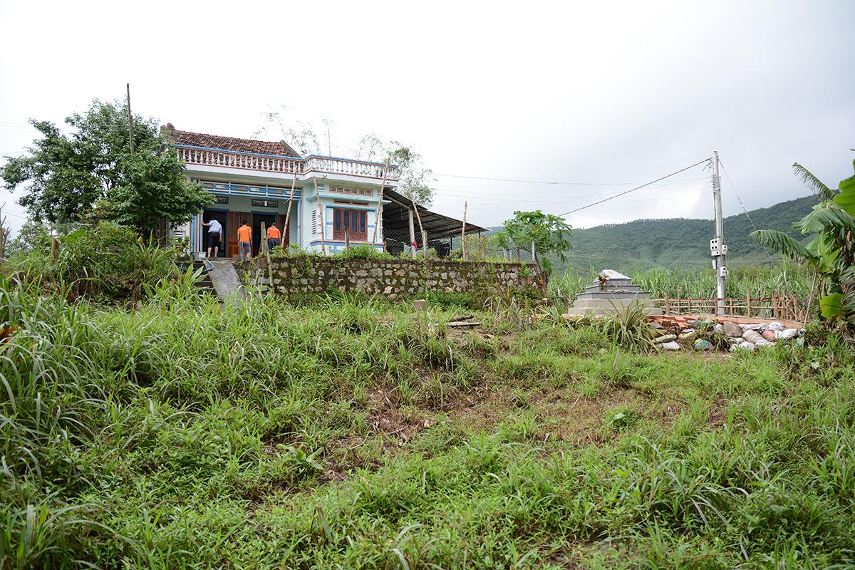 Ông Nguyễn Văn Lời qua đời khi lũ đổ về khiến toàn bộ xã Xuân Sơn Bắc chìm trong nước. Không thể mai táng ở nghĩa trang vì nước ngập trắng trời nên gia đình đành phải chôn cất ông ngay khoảnh đất trước nhà.