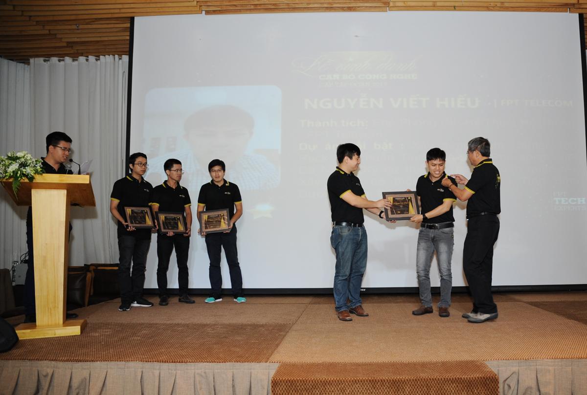 TGĐ Bùi Quang Ngọc và Giám đốc Công nghệ Lê Hồng Việt cùng vinh danh chuyên gia công nghệ mới của các đơn vị phía Nam. Trước đó, TGĐ FPT Bùi Quang Ngọc đã ký quyết định vinh danh 25 cán bộ công nghệ cấp Tập đoàn năm 2017. Theo đó, FPT Software là đơn vị dẫn đầu với 11 chuyên gia được xếp hạng. Các đơn vị còn lại lần lượt gồm: FPT Telecom - 8 người; FPT HO và FPT IS mỗi đơn vị có 2 nhân sự, trong khi FPT Online và FPT Retail mỗi đơn vị có một chuyên gia được xếp hạng.