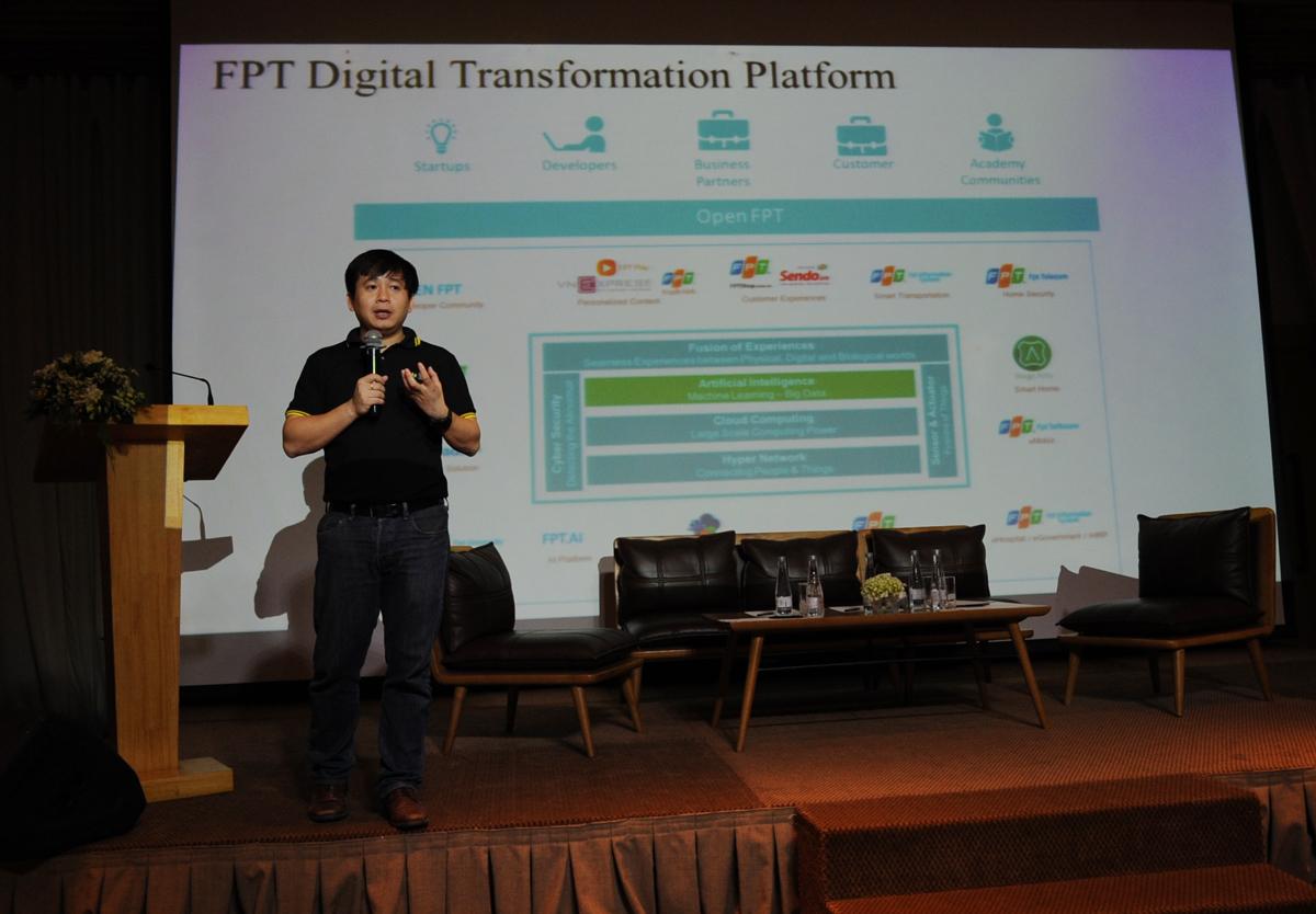 """CTO Lê Hồng Việt điểm lại bức tranh công nghệ của tập đoàn và công ty thành viên, từ ứng dụng cho hoạt động nội bộ; các đối tác chuyển đổi số lớn nhất của FPT; mô hình kinh doanh mới dựa trên chuyển đổi số... """"Bức tranh công nghệ của FPT có sự đóng góp những mảng màu nổi bật bởi các cán bộ công nghệ, từ thời đầu đến nay, và là bước đà đưa tập đoàn đến ngày mai"""", anh Việt nhấn mạnh."""