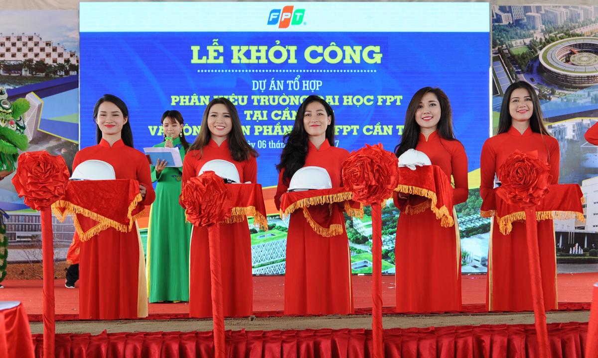 Các thiếu nữ duyên dáng sẵn sàng cho nghi thứclễ động thổ Tổ hợp đại học và Công viên Phần mềm nghìn tỷ của FPT tại Cần Thơ.