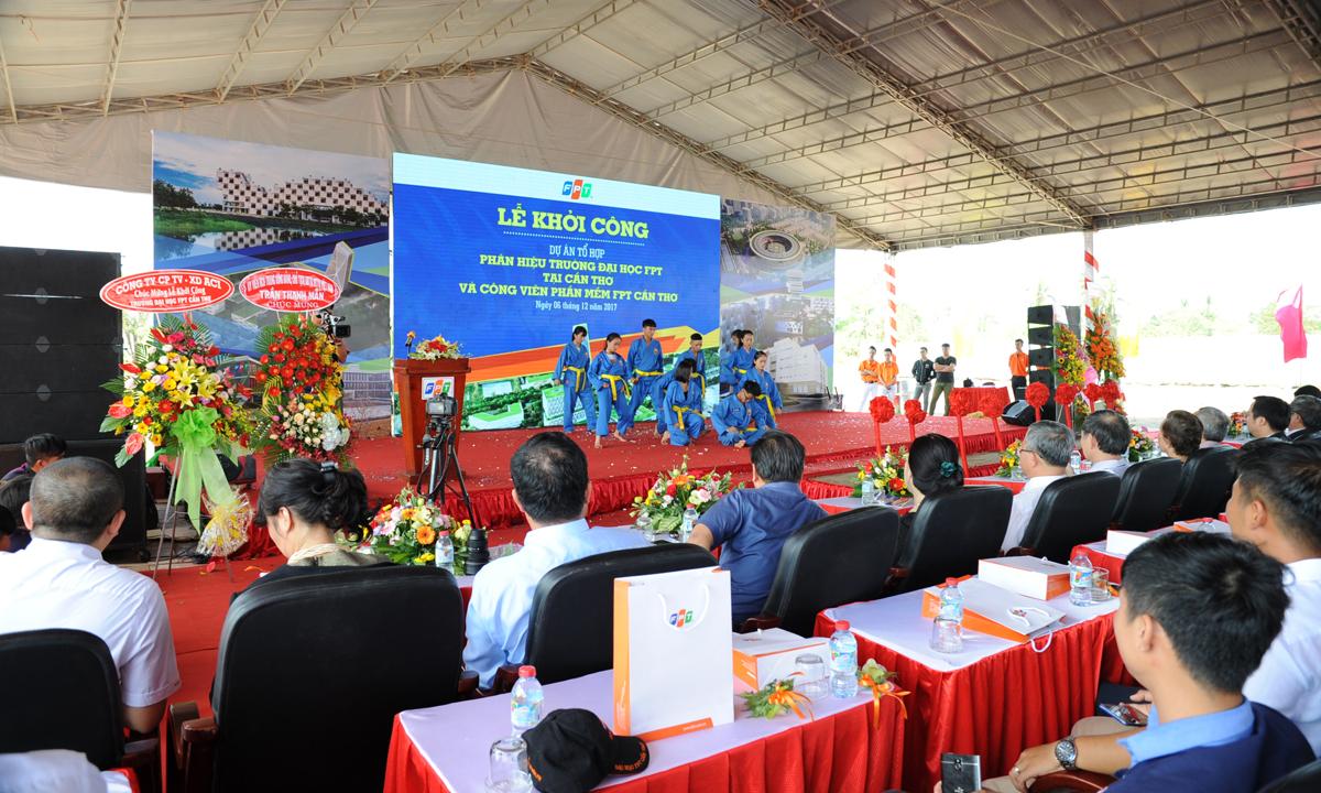 Sau màn múa lân sư rồng, sinh viên ĐH FPT Cần Thơ trổ tài bằng các bài diễn võ thuật.FPT là trường đại học đầu tiên của Việt Nam đưa bộ môn Vovinam vào chương trình giáo dục thể chất chính thức bắt buộc cho tất cả sinh viên, đồng thời cũng là võ đường Vovinam lớn nhất Việt Nam. Vovinam là môn thể chất phù hợp cả nam và nữ, chú trọng rèn luyện tâm – thể – trí.