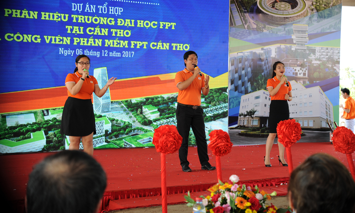 Đoàn Văn công FPT HCM với liên khúc Dòng sông lời thề và Tre nứa vượt đại dương - hai sáng tác của nhạc sĩ Trương Quý Hải.