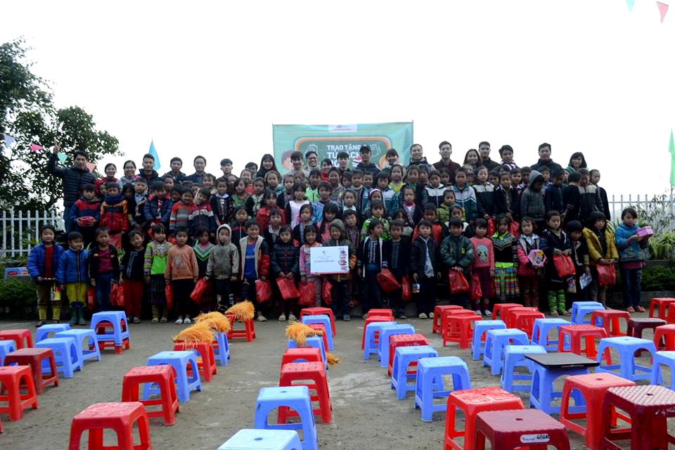 Bên cạnh đó, 156 phần quà là tất và găng tay ấm do cán bộ, giảng viên, sinh viên Cao đẳng thực hành FPT quyên góp cũng được gửi tới tận tay các em nhỏ.