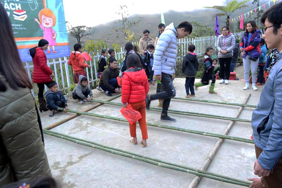 Đáp lại tình cảm của đoàn tình nguyện FPT, các em nhỏ Bản Khoang cũng gửi tặng những tiết mục văn nghệ đậm chất dân tộc. Các em còn tự tay dựng sạp, hướng dẫn và cùng các anh chị FPT nhảy trong tiếng nhạc rộn ràng, thắm đượm tình cảm miền ngược, miền xuôi.