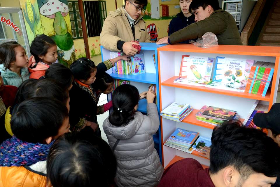Tiểu học Bản Khoang có 100% là học sinh người dân tộc Dao và Mông. Trong đó gần một nửa các em ở nội trú tại trường với điều kiện sinh hoạt rất khó khăn.