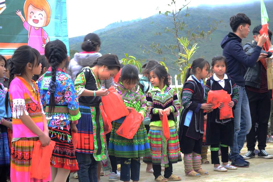 Niềm háo hức của các em nhỏ khi nhận được quà từ các cô chú đoàn FPT Edu.