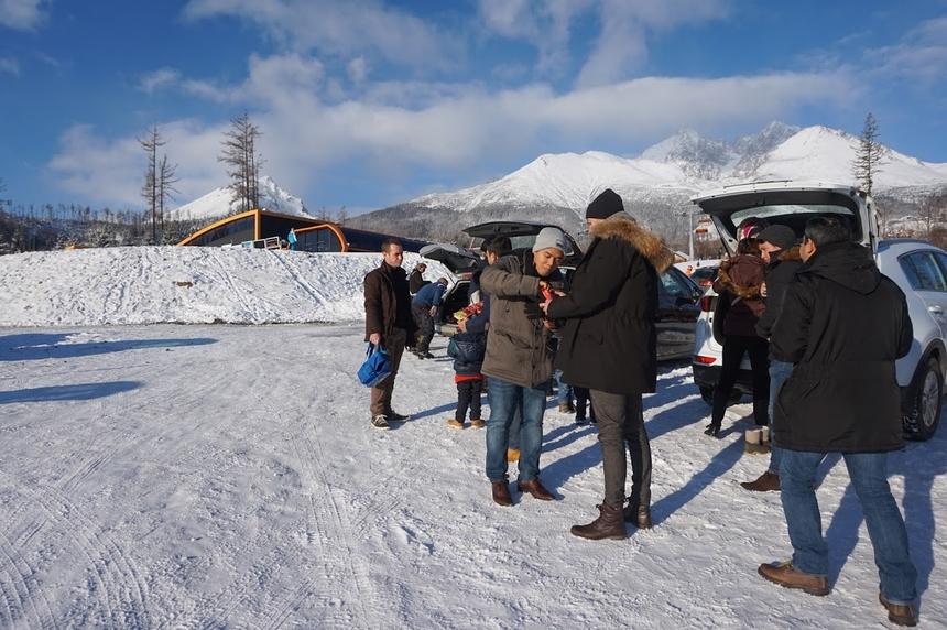 Theo anh Lê Hồng Hải, GĐ FPT châu Âu kiêm GĐ FPT Germany, nhóm nhân sự đơn vị vừa sang thăm FPT Slovakia nhân dịp khai trương đường bay trực tiếp giá rẻ, với 60 EUR vé khứ hồi. Ảnh cả đoàn di chuyển bằng ô tô đến công viên quốc gia tại Tatras, vùng núi phía bắc Slovakia. Cộng hòa Slovak (tiếng Anh: Slovakia) là một quốc gia nằm kín trong lục địa tại Đông Âu với dân số trên 5 triệu người và diện tích khoảng 49.000 km2. Slovakia giáp biên giới với Cộng hòa Czech và Áo ở phía tây, Ba Lan ở phía bắc, Ukraina ở phía đông và Hungary ở phía nam. Bratislava là thành phố lớn nhất đồng thời là thủ đô của nước này.