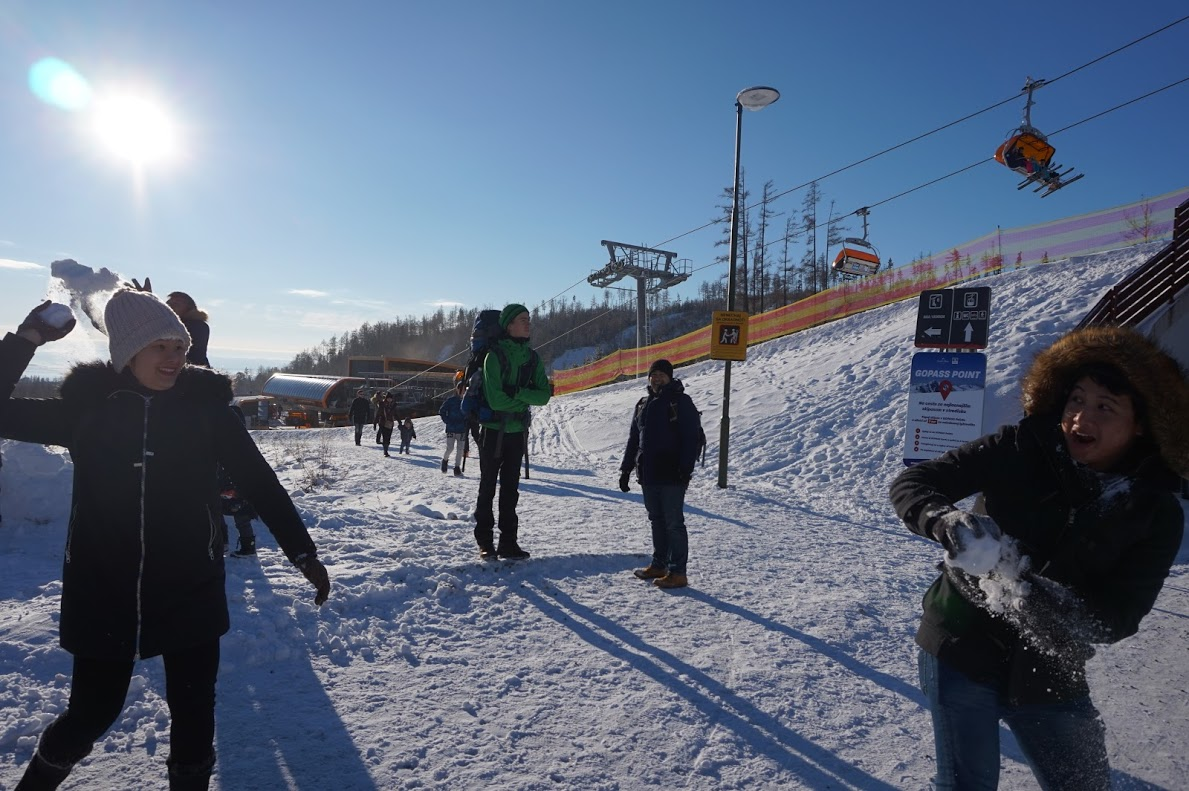 Hai thành viên trong đoàn tranh thủ chơi ném tuyết trong lúc di chuyển.Slovakia có nhiều điểm hấp dẫn du khách, đặc biệt là mùa đông. Tuyết che phủ trên những ngọn núi luôn hấp dẫn những du khách ưa thích mạo hiểm.