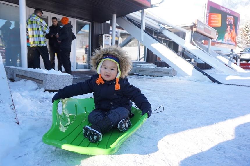 Kén, con trai anh Hải, thích thú trong lần đầu chơi trượt tuyết. Anh Hải kể, ban đầu một mình anh sang Đức nhận công việc và chuẩn bị. Gần đây, khi giấy tờ hoàn tất và mọi thứ sẵn sàng gia đình anh mới đoàn tụ tại trời Âu.