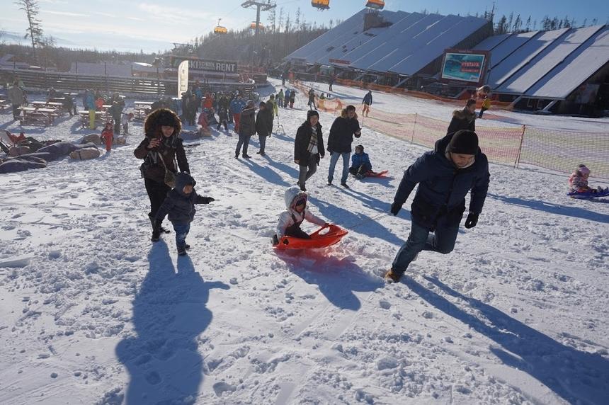 Tatras là khu nghỉ mát lớn nhất tại Slovakia với các điều kiện tự nhiên rất phù hợp cho việc trượt tuyết. Đây cũng là khu trượt tuyết nổi tiếng Đông Âu.