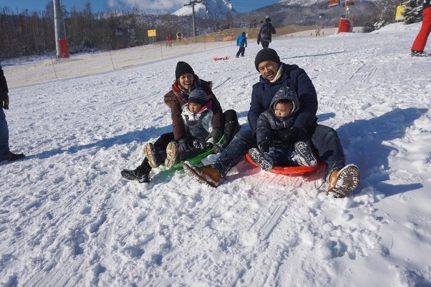 Gia đình anh Nguyễn Đình Huy, FPT Germany, vui vẻ trượt tuyết. Anh Huy là người Bỉ gốc Việt, từng làAM của HarveyNash trước khi đầu quân về FPT.