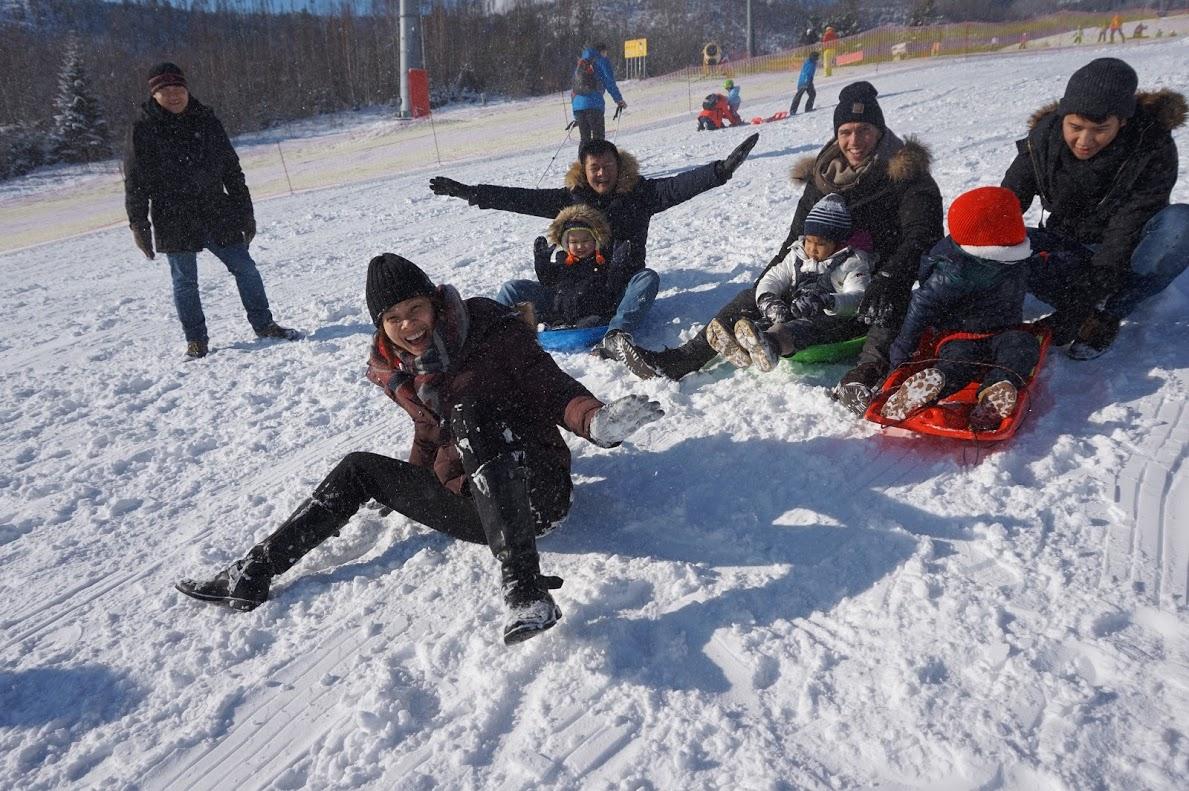 Giống như nhiều gia đình khác, đoàn FPT hăm hở cùng nhau chơi các trò trên tuyết.