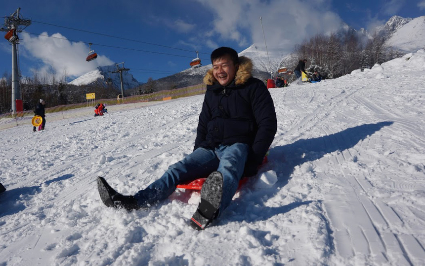 GĐ FPT châu Âu Lê Hồng Hải trượt ván từ trên đồi xuống với giọng cười giòn tan. Tuyết phủ trắng xóa trên những đỉnh núi, những con dốc thoai thoải trải mịn tuyết tạo nên khung cảnh tuyệt đẹp hấp dẫn khách du lịch đến núi Tatras, Slovakia.