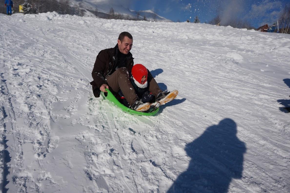 Anh Antoine Heilbronn và bé Alex cười tít trong trò trượt tuyết.