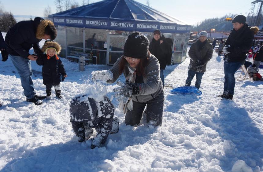 Thành viên trong đoàn đang tạo một chú 'gấu tuyết con'. Nghịch tuyết là một trong số những trò chơi thú vị của contrẻphương Tây.