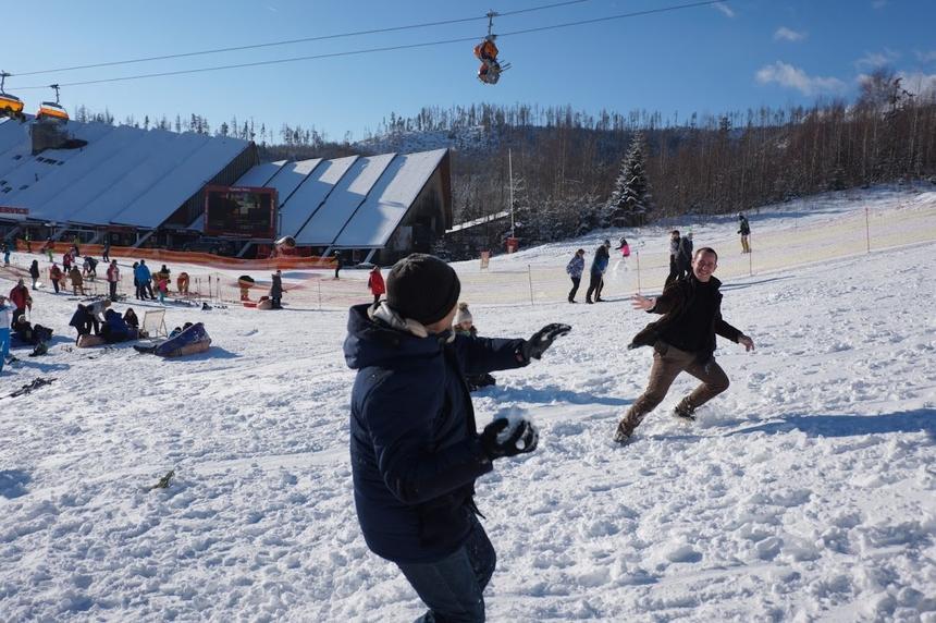Trong khi đó, những người đàn ông chơi trò ném tuyết.