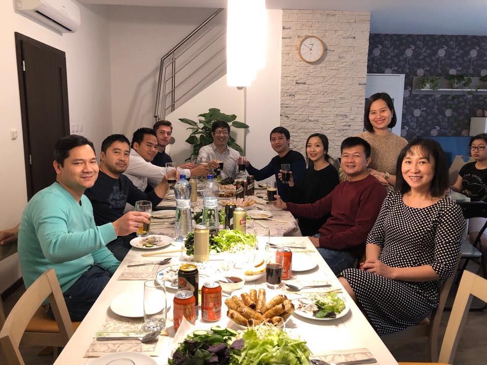 Cuối tuần, đoàn FPT Germany đến thăm nhà anh Trần Côi, đồng CEO FPT Slovakia. Mọi người rất thích thú khi được gia chủ mời đồ ăn Việt Nam.