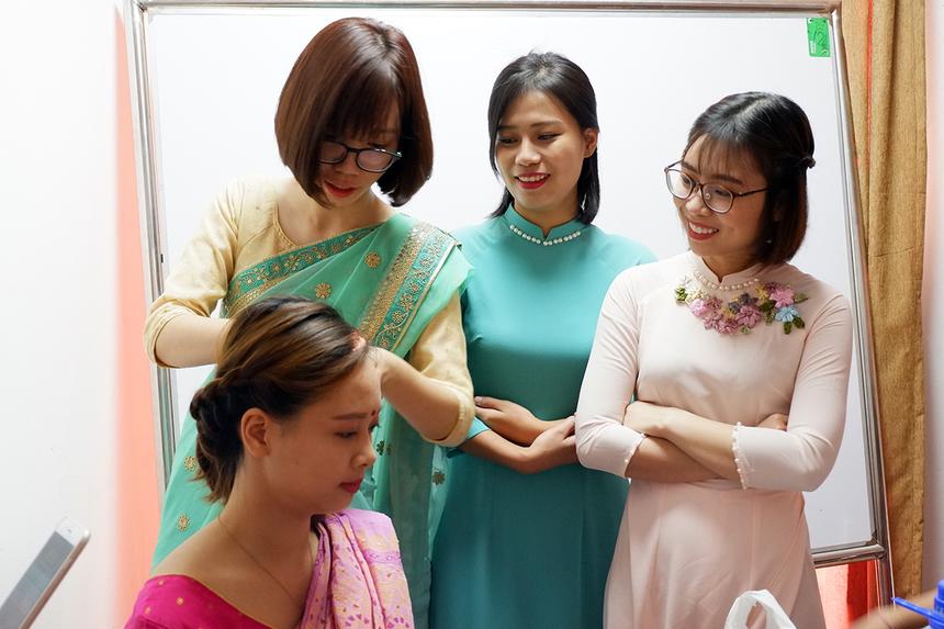 Mới đây, lễ vận hành dự án Thiết kế, cung cấp, cài đặt và triển khai phần mềm ERP/EAM (Enterprise Resource Planning/ Enterprise Asset Management) cùng các hệ thống hỗ trợ liên quan và đào tạo cho GTCL đã được tổ chức tại trụ sở chính của khách hàng. Nổi bật trong buổi lễ là dàn lễ tân mặc áo dài truyền thống Việt Nam xen kẽ với trang phục truyền thống Bangladesh. Họ đều là những nữ CBNV của FPT IS đang onsite dự án tại đây.