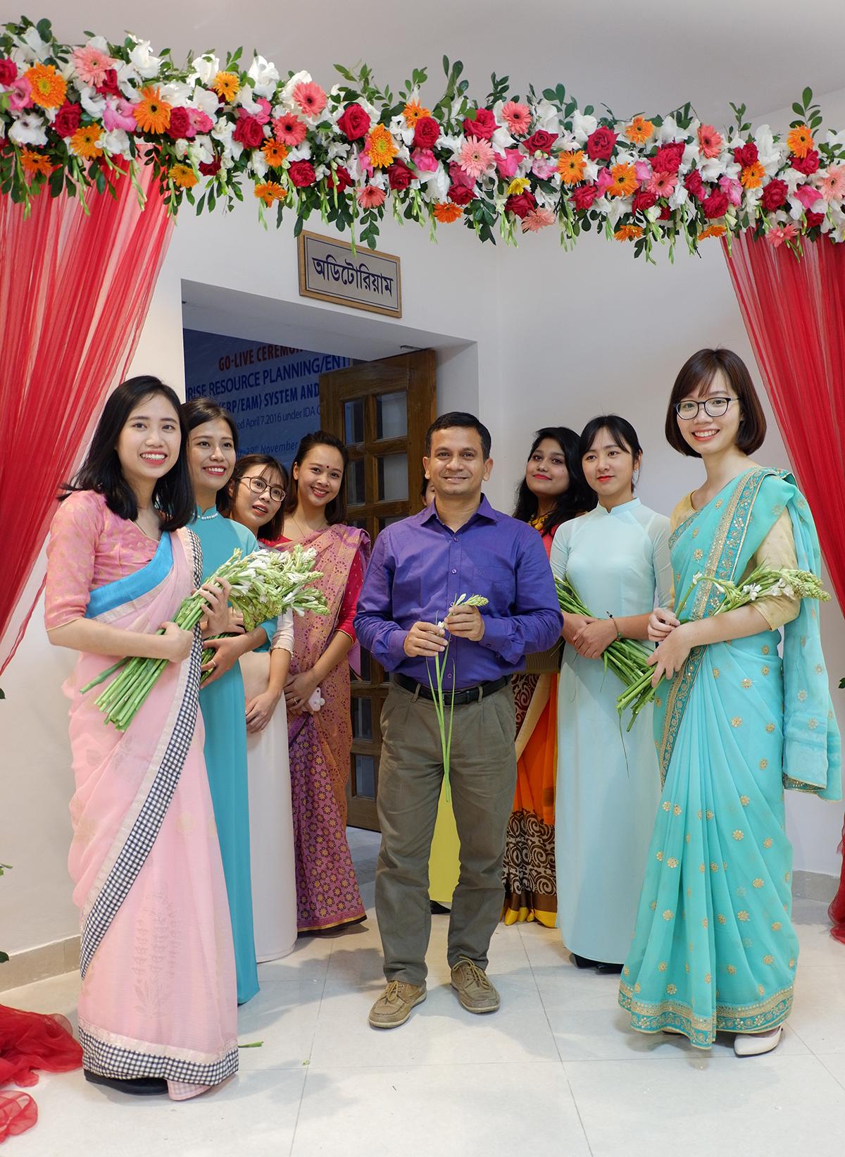 Nguyễn Như Quỳnh onsite từ tháng 12 năm ngoái, đến nay đã tròn một năm. Hiện tại, FPT IS có 4 dự án onsite tại Bangladesh gồm: BITAX, IVAS, GTCL và ERP với hơn 30 CBNV từ Việt Nam qua. Riêng dự án GTCL có 6 nữ đều còn rất trẻ.