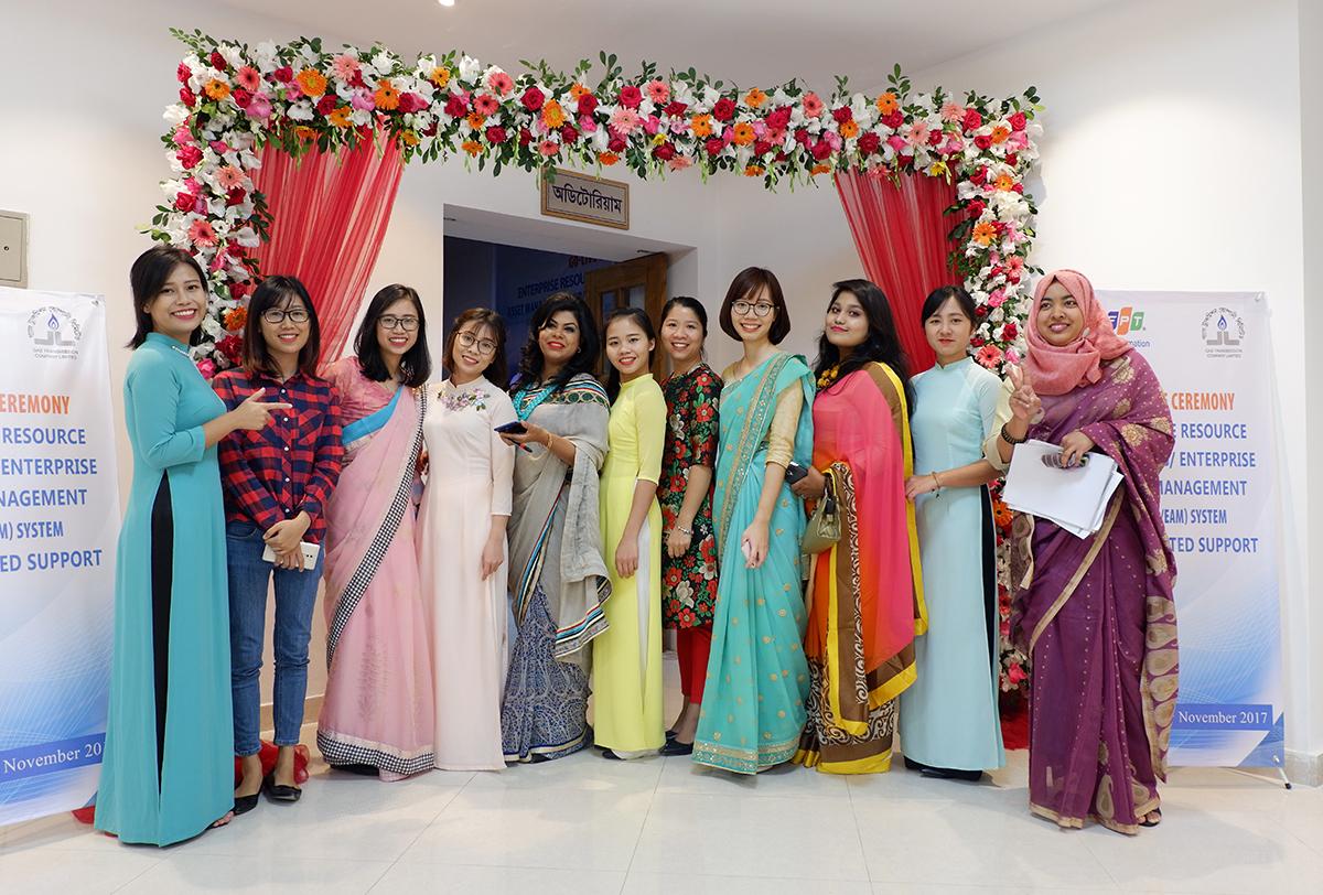 Chị Quỳnh chia sẻ, người dân Bangladesh rất hòa đồng, thân thiện và hiếu khách. Người bản địa coi người Việt Nam sang làm việc như Tây nên họ đối đãi rất nhiệt tình. Người dân có ngôn ngữ riêng nhưng tiếng Anh là ngôn ngữ thứ hai của họ.