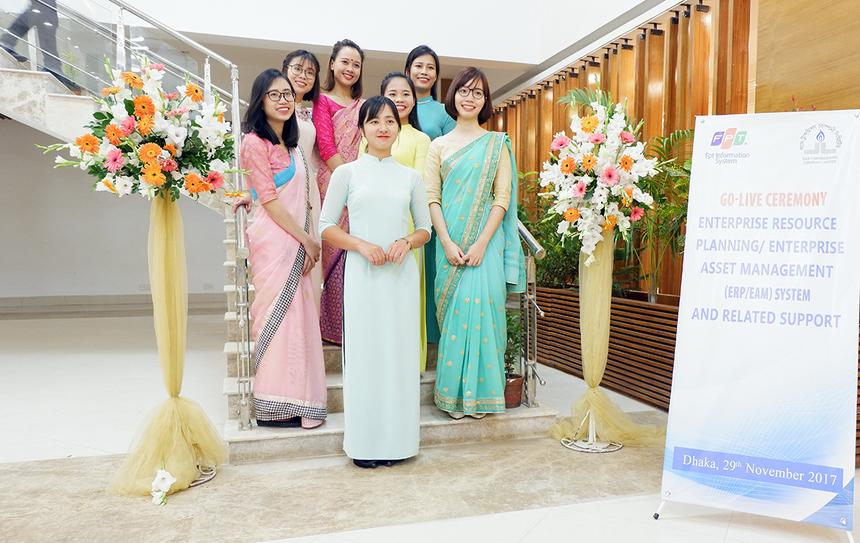 Chị Nguyễn Như Quỳnh (hàng trên, áo đỏ) chia sẻ, đây là lần đầu tiên bản thân mặc đồ truyền thống Bangladesh nên cảm thấy rất mới lạ. Trang phục này gọi là Saree, bao gồm một áo blouse và một mảnh vải dài vài mét cuốn vào người