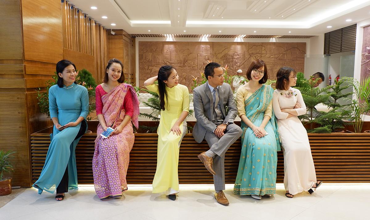 """""""Nói chung nữ sang Bangladesh onsite phần lớn là người trẻ tuổi, thích trải nghiệm và đi để tích lũy kinh nghiệm. Chưa vướng bận chuyện con cái nên mới sang công tác dài hạn được. Vì nữ onsite ít nên được các anh trong dự án chiều chuộng và bảo vệ lắm"""", chị Quỳnh (thứ hai từ trái qua) tâm sự."""