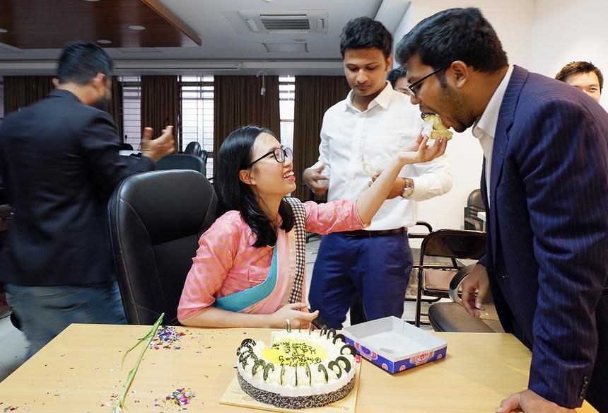 Khoảnh khắc nghịch ngợm của FISers với các anh chàng bản địa. FPT đặt văn phòng đại diện tại Bangladesh từ tháng 2/2014.Ngoài dự án của GTCL, FPT IS cũng đã ký kết hai hợp đồng giá trị khác tại Bangladesh là Xây dựng hệ thống quản lý thuế thu nhập cá nhân (BITAX, 6,6 triệu USD), và Xây dựng hệ thống quản lý thuế VAT (IVAS, 33,6 triệu USD) trong hai năm 2014-2015.