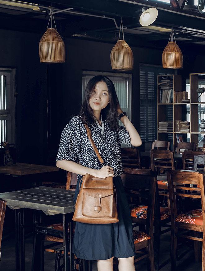 Ngọc Hiếu cho biết, quán được thiết kế mang đậm phong cách cổ kính, mang hơi thở kiến trúc của thập niên 70, đem đến cho người xem sự trải nghiệm thú vị về không gian đậm đà hương vị Việt Nam. Một nơi chốn để cảm xúc được chìm đắm và hoài niệm.