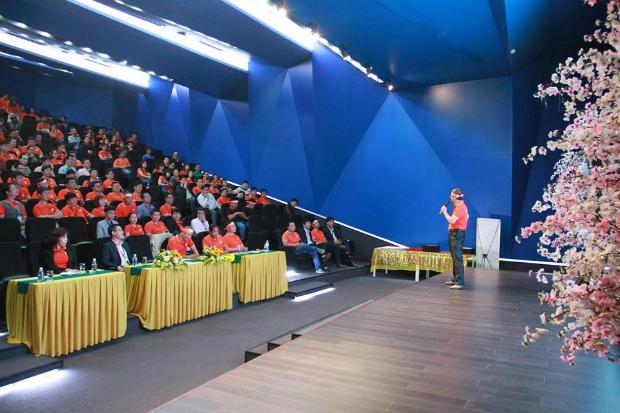 TGĐ Bùi Quang Ngọc dành nhiều thời gian để giao lưu và trả lời các câu hỏi của các CBNV FPT Đà Nẵng và cả những câu hỏi được gửi về từ mọi miền Tổ quốc.