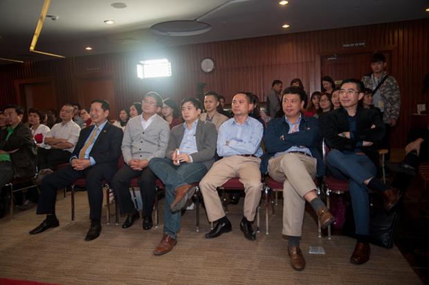Anh Bình, anh Ngọc cùng các vị lãnh đạo các công ty thành viên cùng điểm lại 12 sáng tạo lọt vào chung kết năm.