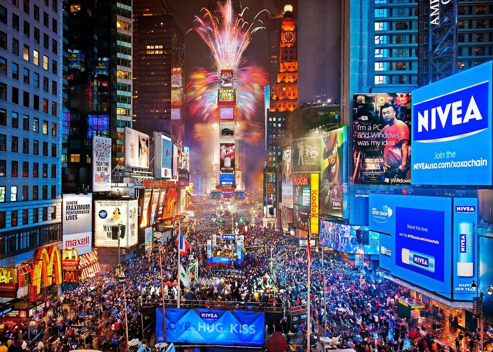 """Tết năm mới tại Mỹ Năm mới, người Mỹ thường đi thăm hỏi gia đình, họ hàng và bạn bè hoặc tổ chức ăn uống… Tuy nhiên, ngày đầu tiên của năm mới luôn là một ngày khá tĩnh lặng với nhiều người Mỹ. Họ thường ở nhà bên người thân suốt cả ngày. Vào đêm 31/12, hàng nghìn người Mỹ tập trung ở Quảng trường Thời Đại (Times Square). Họ đứng sát bên nhau cùng đón chờ khoảnh khắc đầu tiên của năm mới. Khi mọi người cùng hô to đến giây cuối cùng cũng là lúc một quả cầu thuỷ tinh đẹp mê hồn rơi xuống. Lúc quả cầu chạm đất là thời khắc mọi người hô vang lời chúc mừng năm mới: """"Happy New Year!"""" và đồng thanh cất lên những giai điệu tuyệt vời của bài hát truyền thống """" Auld Lang Syne"""", tung những mảnh giấy nhiều màu sắc lên trời. Lễ đón năm mới truyền thống ở đây bắt đầu từ năm 1904. Năm đó, chủ nhân của toà nhà Số 1 trên Quảng trường Thời Đại đã tổ chức một bữa tiệc trên đỉnh của toà nhà này. Hiện nay, nóc của toà nhà vẫn được chọn làm điểm đặt quả cầu thuỷ tinh. Nó chứa hàng nghìn mảnh thuỷ tinh tượng trưng cho những vì sao đang cháy sáng xuyên qua bóng đêm của năm cũ. Rất nhiều người Mỹ đón mừng năm mới với những bữa tiệc tổ chức tại gia đình hay tập trung ăn uống ở những điểm công cộng. Khi chuông đồng hồ điểm đúng 12h đêm, họ ôm hôn nhau, nhảy múa theo những điệu nhạc vui vẻ và cụng ly chúc nhau những điều tốt đẹp nhất. Điều thú vị là ở chỗ có nhiều người mặc trang phục và ăn những đồ ăn đặc biệt. Những người mong muốn tìm thấy tình yêu thực sự thường chọn những bộ đồ màu vàng còn những người hy vọng kiếm được nhiều tiền thì mặc trang phục màu bạc. Có những người khác lại đón chào năm mới bằng những bữa ăn ngon. Song có một điểm mà không phải ai cũng biết là họ ăn bắp cải với hy vọng nó sẽ mang đến cho mình… may mắn và tiền bạc. Ở miền nam, bữa ăn truyền thống trong năm mới gồm đậu, hành, gạo, thịt lợn muối xông khói…"""