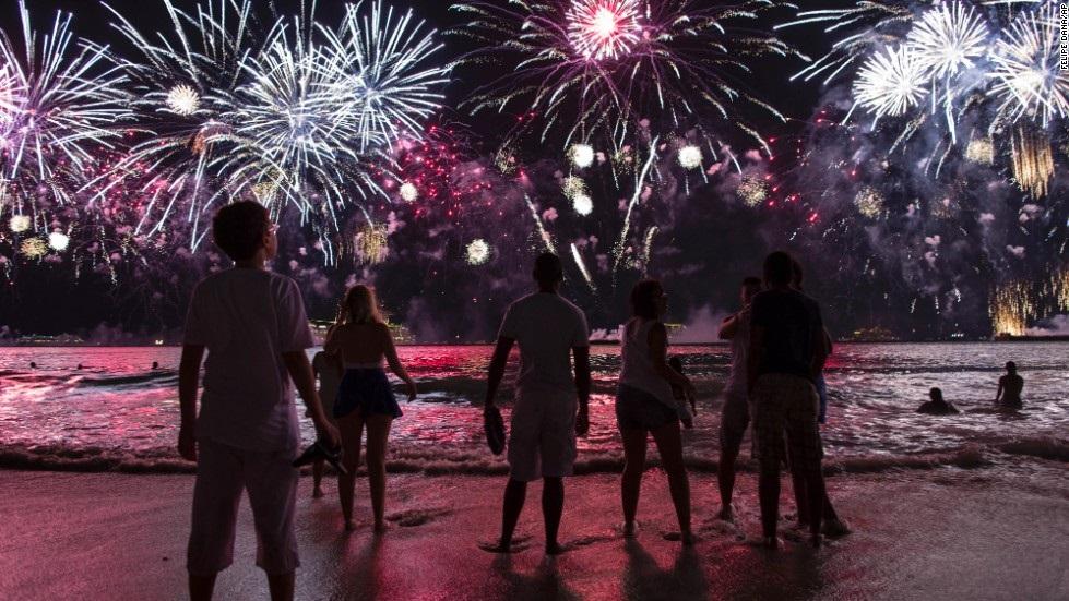 Đêm giao thừa tại đất nước Brazil Vào đêm Giao thừa, ở khắp các thành phố trên toàn Brazil đều tổ chức tiệc mừng, đặc biệt là ở Rio de Janeiro, mọi người sẽ tới bờ biển để ngắm pháo hoa. Người Brazil thường mặc quần áo trắng với mong muốn may mắn sẽ tới vào năm mới. Tiệc mừng năm mới thường là tiệc về tín ngưỡng nhưng ngày nay, nó đã trở thành một buổi trình diễn lớn dành cho du khách lẫn người dân. Việc chuẩn bị cho bữa tiệc năm mới thường bắt đầu vào sáng ngày 31/12 của năm cũ và tới giữa đêm, pháo hoa bắt đầu bừng lên. Bữa tiệc ánh sáng kéo dài khoảng 30 phút và trong thời điểm đó, mọi người cầu nguyện những điều ước nhân dịp năm mới như tiền bạc, tình yêu, sức khoẻ. Nếu ở gần biển, sau lúc nửa đêm, mọi người thường đi nhảy sóng, thường là 7 ngọn sóng và ném hoa ra biển khi ước. Ngoài ra, một số người còn thắp nến trên bờ biển.
