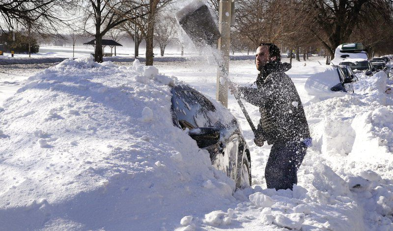 Ở Canada Đón năm mới bằng cách xây tuyết xung quanh nhà. Họ cho rằng núi tuyết có thể ngăn được ma quỷ và năm mới được bình yên.