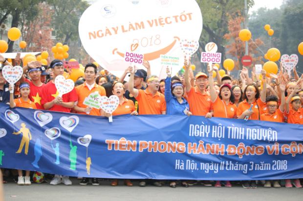 Lãnh đạo FPT cùng các sứ giả của chương trình dẫn đầu đoàn người đi bộ, hào hứng lan truyền nhiệt huyết tới những người xung quanh.